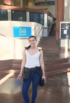 La graduada del CFP, Laura Gil, frente a la tienda de Haas School of Business