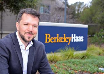 Ex-aluno do curso de BHGAP, Thiago Santos Medeiros, em frente da placa do Berkeley Haas School of Business