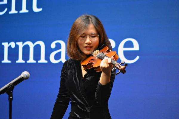 BHGAP graduate Iris Yuning Ye gives a special violin performance at the closing ceremony.